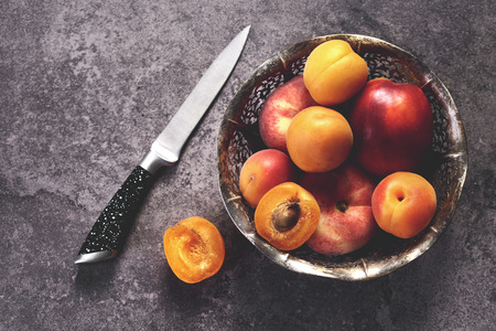 ボウルに熟した甘い桃 写真素材