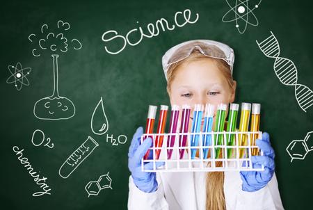 Petite fille travaillant dans un laboratoire chimique Banque d'images - 82022304