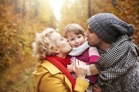 小さな女の子のために大きなキス
