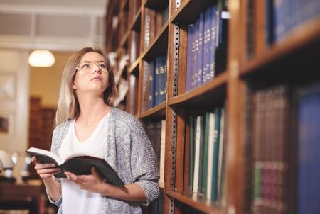 도서관은 그녀가 좋아하는 독서 장소입니다.