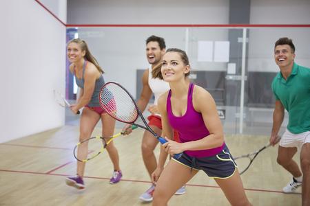 Hartelijke vrienden tijdens het squashspel Stockfoto