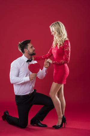 arrodillarse: Man proposing to his beloved woman