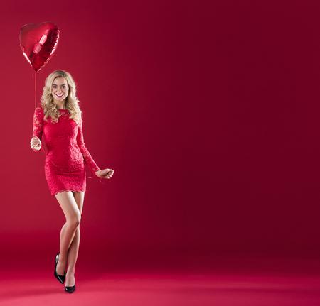 Grote kopie ruimte en vrouw met rode ballon Stockfoto