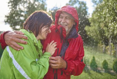 Paar dat romantische tijd in de regen heeft Stockfoto - 84248759
