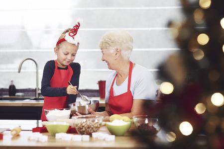 料理をしながら彼女の孫娘を監督の祖母