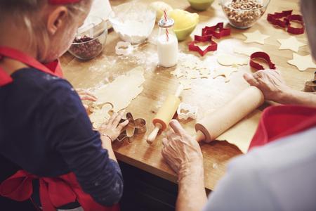 Grandma and granddaughter preparing cookies Foto de archivo