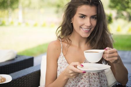 커피 한잔과 함께 맑은 아침