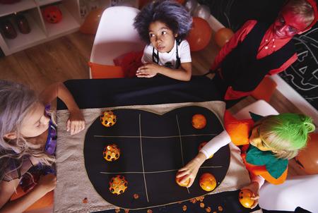 子供たちはパーティーゲーム中に一緒に時間を過ごす
