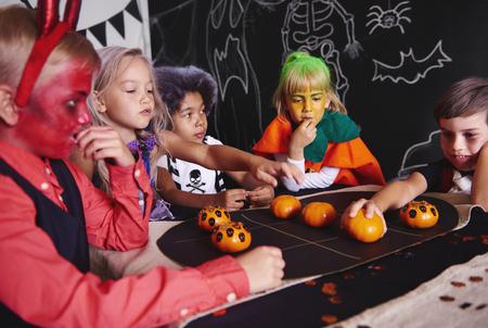 ハロウィンパーティーの子供たちのグループ
