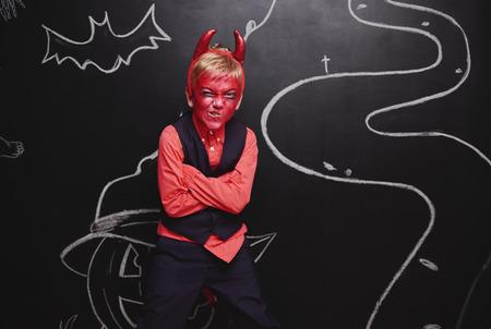 悪魔の衣装でハロウィーンを祝う子供