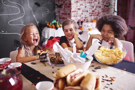 軽食を持つハロウィーンの衣装で子供たち
