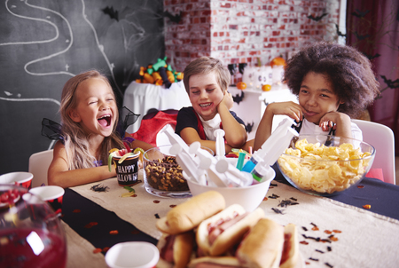 Kids in halloween costumes having a snack 版權商用圖片 - 85685535