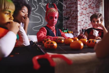 友人と遊ぶ悪魔の衣装を着た少年 写真素材