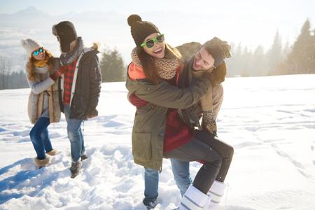 눈 덮인 산에서 쾌활한 여행자들. 스톡 콘텐츠