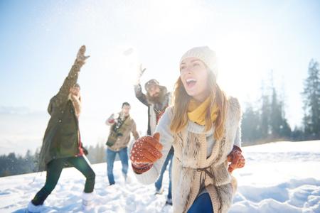 femme courir loin de la lutte de neige