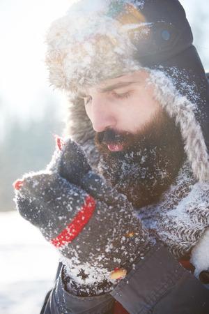 Hombre con barba calentándose Foto de archivo - 85839527