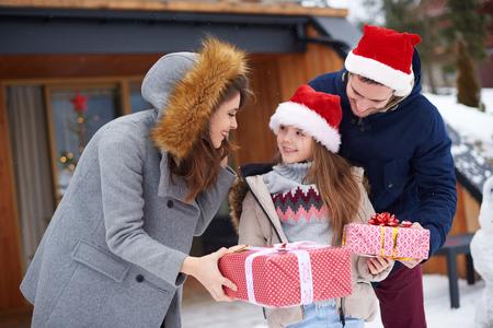 크리스마스 선물을받는 귀여운 소녀