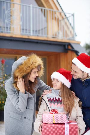 겨울 방학 동안 소녀와 부모 스톡 콘텐츠