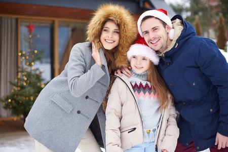 크리스마스 시간을 외부에서 축하하는 가족 스톡 콘텐츠