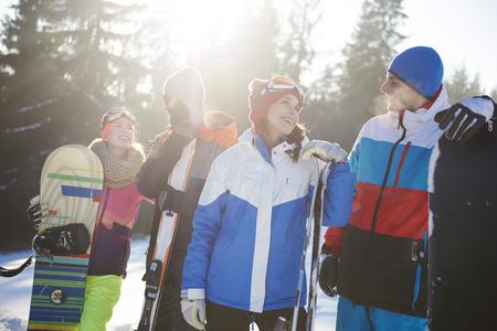Groep gelukkige vrienden op de ski-oord Stockfoto