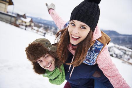겨울 휴가 동안 사랑하는 부부 스톡 콘텐츠