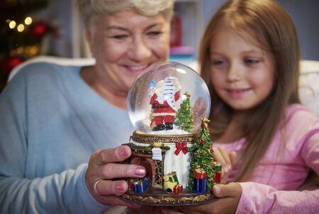 여자가 유리 공을 노인 여자와
