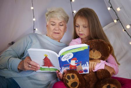 絵本を見ている祖母と孫娘