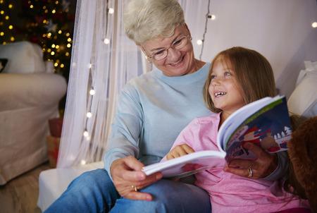 寝室で楽しみを持っている祖母と孫娘