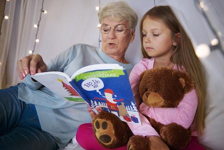 彼女の孫娘にうちの祖母の読書 写真素材