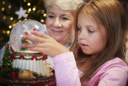 크리스마스 스노우 글로브를 보는 소녀와 수석 스톡 콘텐츠
