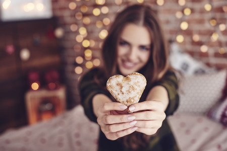 Heart-shaped cookie in human hand Banque d'images