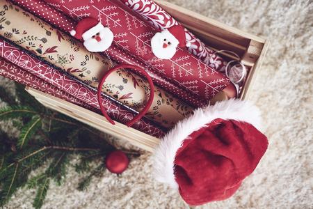 Houten kist met kerst papier en KERSTMUTS