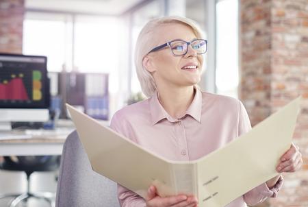 Onderneemster het doorbladeren documenten op kantoor Stockfoto