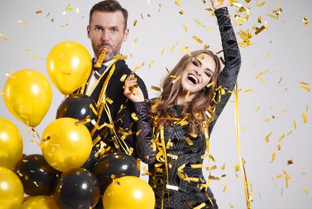 Paar dat onder dalende confettien en wimpel bij feest danst Stockfoto