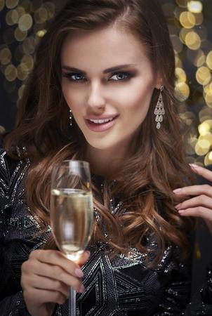 Vrouw met champagnefluit het flirten Stockfoto - 88752978