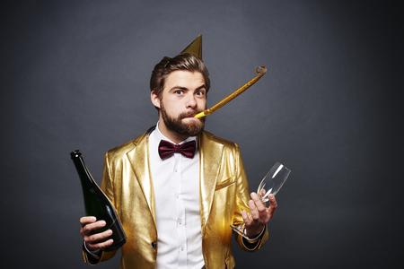 シャンパンとシャンパン グラスのボトルを保持している男の肖像 写真素材