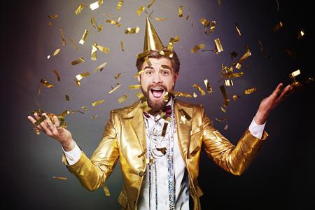 Portret van man onder confetti