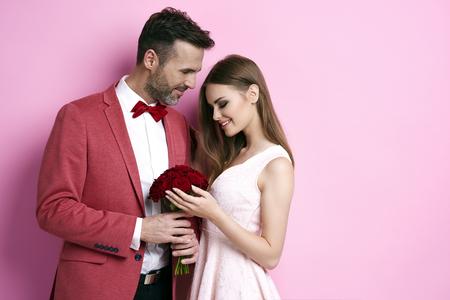 Homem, dar, grupo, de, rosa, para, valentine's day