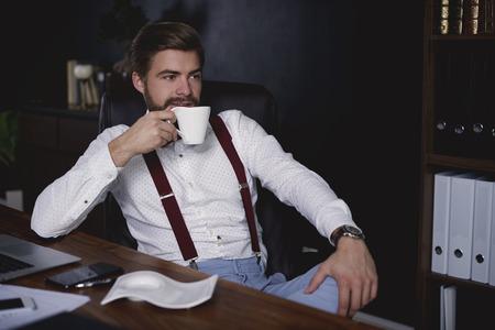 短い休憩を取るビジネスマン 写真素材