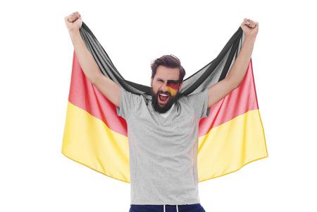 국기를 흔들며 응원하는 비명 소리를 지르는 남자
