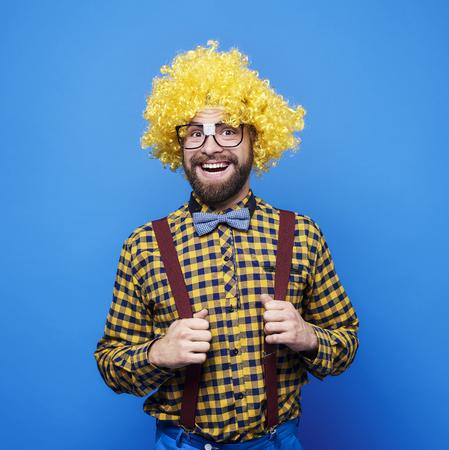 Portret van gelukkige man met pruik Stockfoto