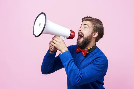 Gillende man met behulp van een megafoon Stockfoto