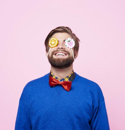 Eccentric man enjoying with lollipop Фото со стока - 90406969