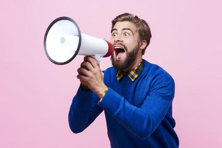 Homem, gritando, em, um, megafone
