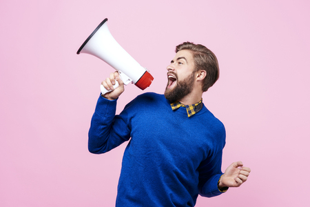 Vrolijke man schreeuwen in megafoon Stockfoto