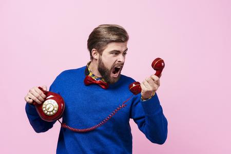 Nerveuze man ruzie tijdens telefoongesprek