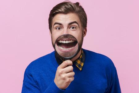 検査のために歯を見せる男