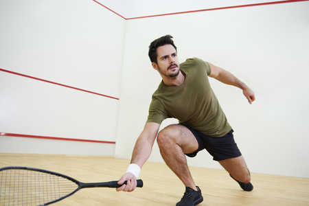 Man during squash match on court Zdjęcie Seryjne - 90673317