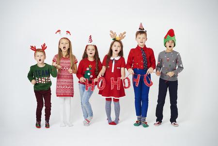 Bambini felici che cantano canti natalizi Archivio Fotografico - 91424992