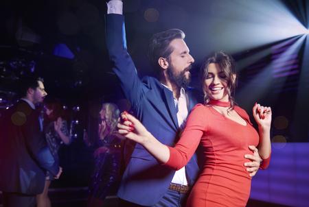 Paar flirten in nachtclub